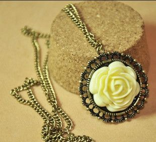 Retro Style Rose Shape Design Necklace