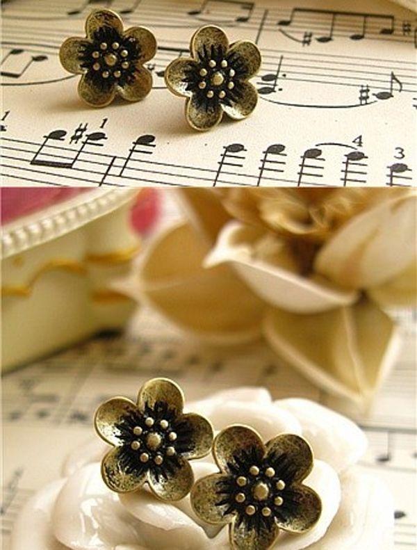 Retro Style Daisy Pattern Earrings