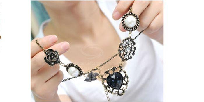 Vintage Rhinestone Inlaid Heart Flower Multielement Pendant Necklace