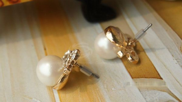 Pair of Bowknot Rhinestoned Stud Earrings