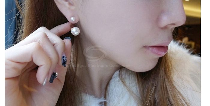 Pair of Simple Elegant Women's Faux Pearl Earrings