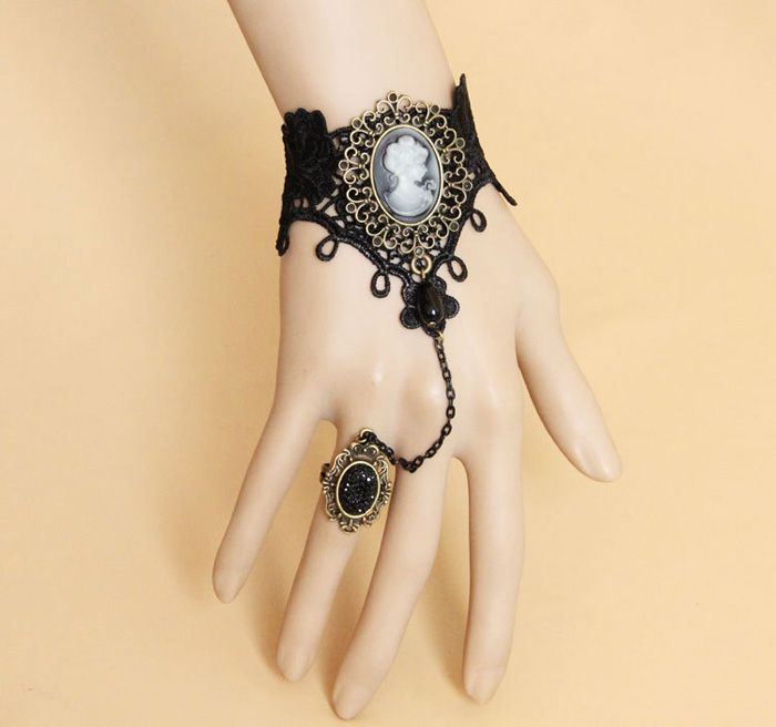 Vintage Queen Print Design Lace Bracelet With Rhinestoned Ring For Women