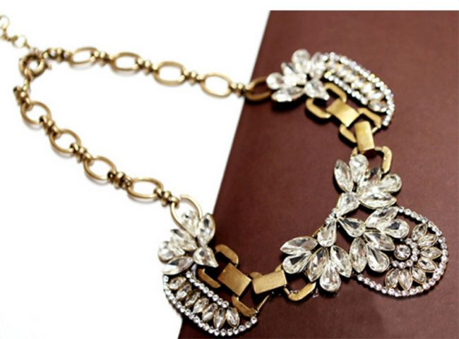 Vintage Rhinestone Embellished Flower Shape Pendant Necklace